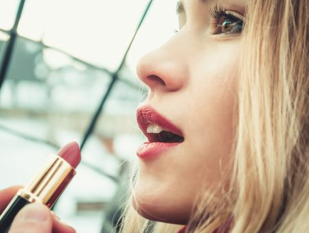 Woman with Lipstick - The Best Youtube makeup tutorials for over 40 moms